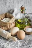 Αλεύρι, αυγά, ελαιόλαδο - συστατικά για να προετοιμάσει τη ζύμη για τα ζυμαρικά Στοκ εικόνα με δικαίωμα ελεύθερης χρήσης