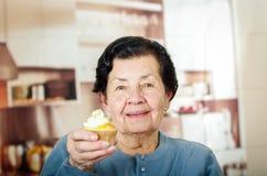 Ηλικιωμένη ισπανική ευτυχής γυναίκα που φορά το μπλε πουλόβερ Στοκ εικόνες με δικαίωμα ελεύθερης χρήσης