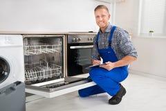 有看洗碗机的剪贴板的杂物工 库存图片