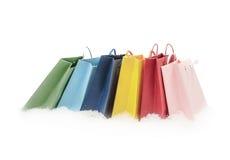 站立在雪的五颜六色的礼物包裹 免版税库存照片