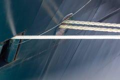 白色绳索到蓝色船船身里 免版税图库摄影