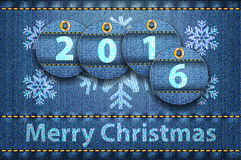 在蓝色牛仔裤背景的圣诞快乐问候 图库摄影