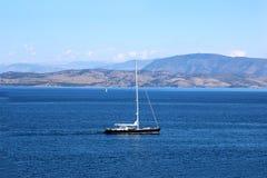 在海的游艇航行 爱奥尼亚海 海和山景 免版税库存照片