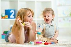 父母和在家一起使用的男婴 图库摄影