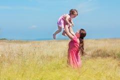 Ευτυχή μητέρα και κοριτσάκι στον τομέα Στοκ Φωτογραφία