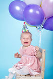 Λυπημένο μικρό κορίτσι με την ΚΑΠ και τα μπαλόνια Στοκ Εικόνα