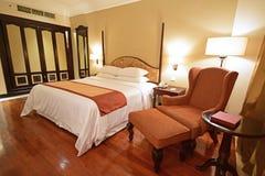有木地板和读书角椅的豪华宽敞卧室和修造在衣橱 库存图片