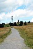向费尔德伯格山顶的黑森林的道路 库存图片