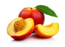 与被隔绝的切片和绿色叶子的桃子果子 库存照片