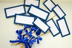 Κενή κενή κάρτα και παραδείγματος χάριν ονόματα ή πιάτα φιλοξενουμένων στο γάμο Στοκ Εικόνες