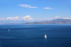 在海的游艇航行 爱奥尼亚海 海和山景 免版税库存图片