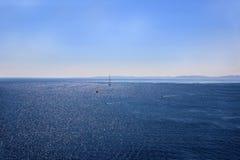 在海的游艇航行 爱奥尼亚海 海和山景 库存照片