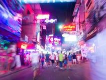 在走的街道,芭达亚,泰国的夜生活 免版税图库摄影
