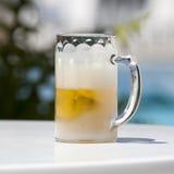在一块被冰的玻璃的冰镇啤酒与裁减路线 免版税库存图片
