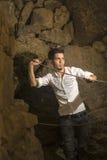 Красивый мальчик стоя внутренняя пещера Стоковое Изображение RF