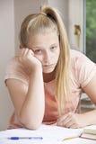 发现家庭作业的女孩画象困难 免版税库存照片