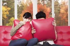 在电视的夫妇观看的恐怖片 免版税库存照片