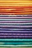五颜六色的织品堆  库存照片