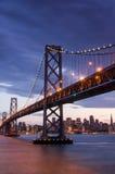 在海湾桥梁和旧金山地平线,加利福尼亚的黄昏 免版税库存照片