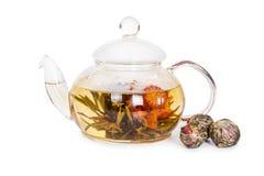 在一个玻璃茶壶的中国开花的茶 免版税库存照片