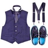有半正式礼服,悬挂装置和现代鞋子的男孩深蓝背心 免版税图库摄影