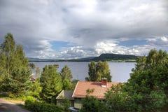 在挪威湖附近的小屋 免版税图库摄影