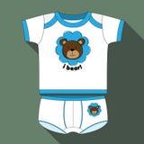衬衣和短裤男孩的有熊印刷品的和写用英语 免版税库存照片