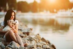 有一条狗的女孩在散步 免版税库存图片