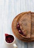 巧克力薄煎饼用樱桃调味汁 库存图片