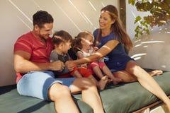 一起坐在露台的家庭 免版税图库摄影