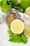 Ингридиенты коктеиля вытрезвителя: Черенок сельдерея с желтым сахарным песком и лимоном Стоковые Фотографии RF