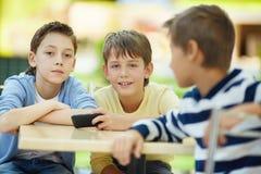 沟通的男孩 免版税库存图片