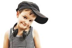 小节目播音员 有耳机的滑稽的微笑的男孩 免版税库存照片