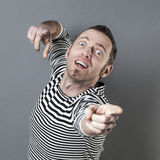 Счастливый человек среднего возраста указывая его пальцы с надеждой к труднопоступной цели Стоковые Изображения