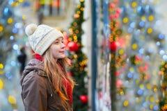 女孩在圣诞节市场上 库存图片