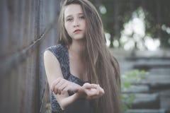 一个美丽的年轻哀伤的行家女孩的画象户外 免版税图库摄影