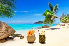 在热带海滩的饮料 库存图片