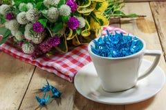 在也杯子和花红色布料的蓝色鸟纸在 免版税库存图片