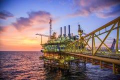 油和煤气平台或建筑平台在海湾或海的生产过程油和煤气产业 免版税库存照片