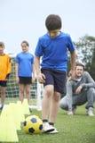 教练主导的室外足球训练 库存照片