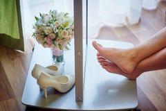 美丽的婚礼花束和白色鞋子 库存照片