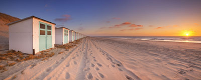 使小屋在日落,特塞尔海岛,荷兰靠岸 库存图片