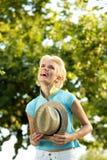 Ультрамодная молодая женщина смеясь над с шляпой Стоковые Фотографии RF