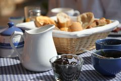 早餐法国海滨晴朗的表大阳台 免版税库存照片