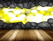 木地板和灰色破裂的石墙背景 免版税图库摄影