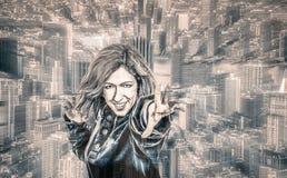 女性超级英雄在城市 图库摄影