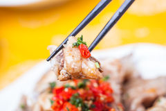 被切的冷的鸡用辣味番茄酱 免版税库存照片