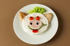 从米和炸肉排的快乐的猪 免版税库存图片
