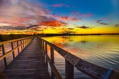 在庭院海岛的五颜六色的日落 库存照片