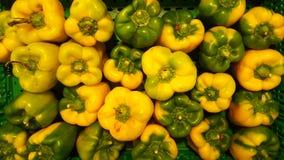 绿色和黄色胡椒条板箱丰盈  免版税库存照片